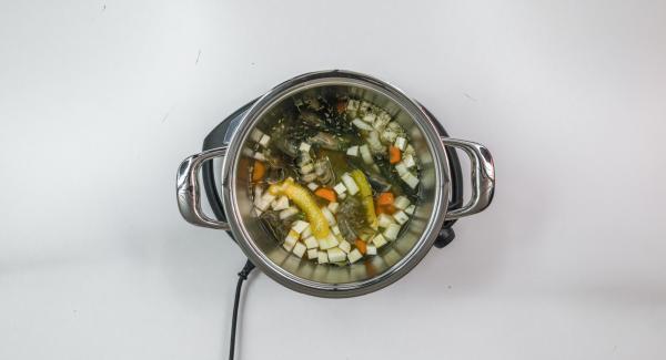 Pelar la cebolla, las zanahorias y el apio y cortaren cubos pequeños. Verter las cáscaras de camarón, especias, cáscara de naranja, tomillo y agua en la olla.