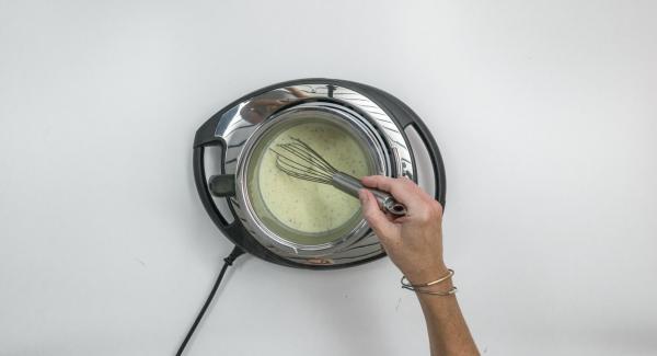 Sacar la vaina de vainilla, exprimir la gelatina y disolver en la crema caliente.