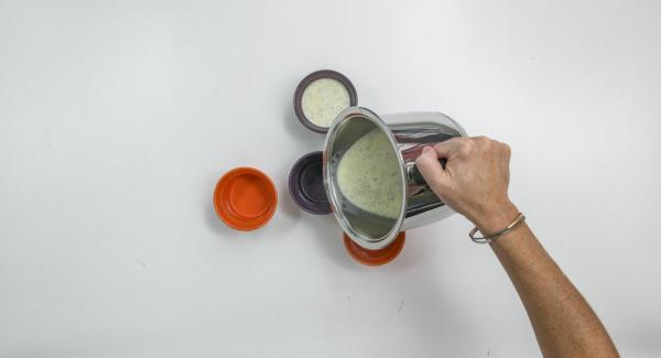 Enjuagar cuatro moldes (cada uno de 150 ml) con agua fría y repartir la mezcla en ellos. Dejar enfriar y luego dejar solidificar en el refrigerador, preferiblemente durante la noche.