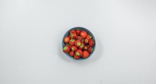 Limpiar las fresas, cortarlas en trozos, triturar y endulzar como se desee.