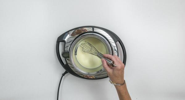 Colocar la olla en el Navigenio a temperatura máxima (nivel 6) y calentar la mezcla sin llegar a ebullición removiendo de vez en cuando.