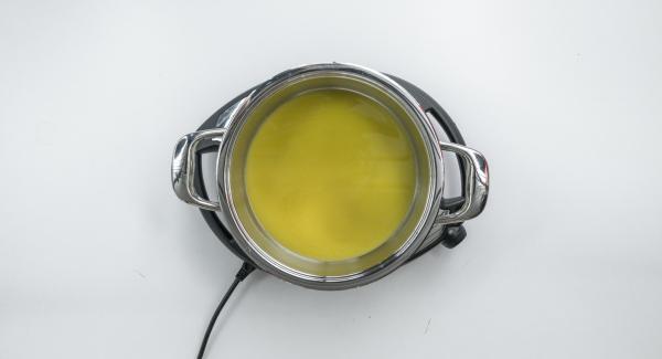Colocar el zumo de naranja y el licor de naranja en la olla