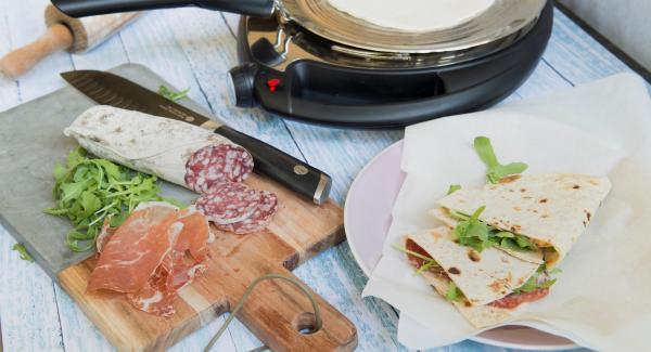 Cortar la Piadina por la mitad, añadir los ingredientes deseados y doblar.
