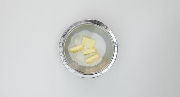 Poner la harina, los copos de coco, el azúcar, la sal y la mantequilla en un recipiente y triturar. Dejar enfriar durante unos 30 minutos.