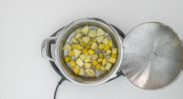 """Cuando el Avisador (Audiotherm) emita un pitido al llegar a la ventana de """"zanahoria"""", mezclar y añadir el triturado de harina, los copos de coco, el azúcar, la sal y la mantequilla"""