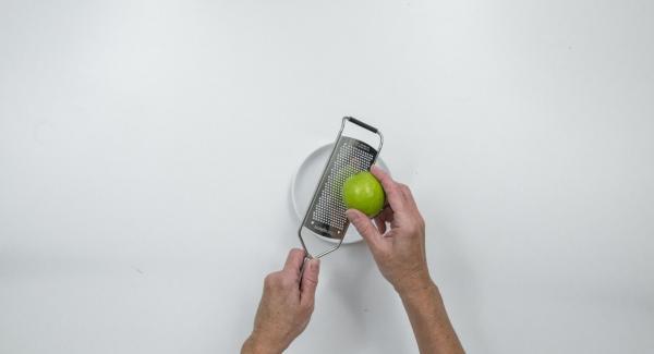 Remojar la gelatina en agua fría. Lavar la lima en agua caliente y rallar la cáscara.