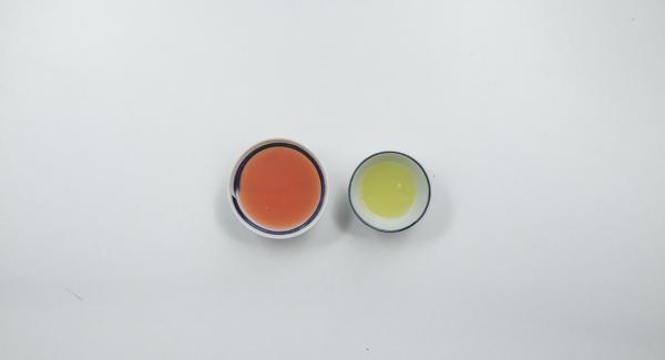 Exprimir el zumo del pomelo y la lima.