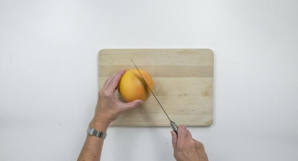 Pelar el resto de los pomelos retirando bien la piel blanca. Cortarlos en rodajas recogiendo en zumo. Mezclar las rodajas de pomelo con la miel.