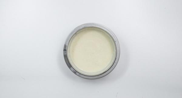 En cuanto la crema empiece a gelatinizarse, mezclar con las claras a punto de nieve y enfríar.