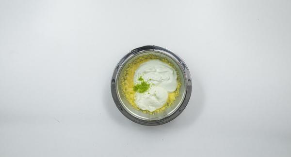 Separar el huevo de las claras y batir las claras con sala punto de nieve. Mezclar la yema de huevo con el azúcar hasta que queden espumosos. Agregar el requesón, el yogur y la cáscara de limón. Agregar la mezcla de jugo de gelatina sin dejar de remover