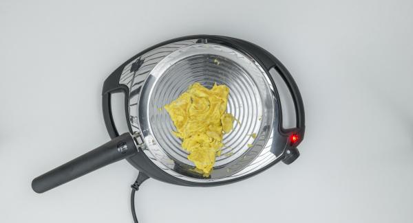 Agregar la mezcla de huevo y revolver hasta que esté cocinada al gusto.