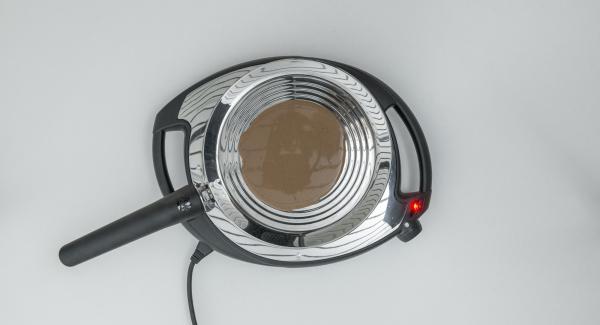 A continuación reducir la temperatura del Navigenio (nivel 2), añadir el aceite y distribuir por la oPan. Añadir la cantidad de masa para 1 tortita.