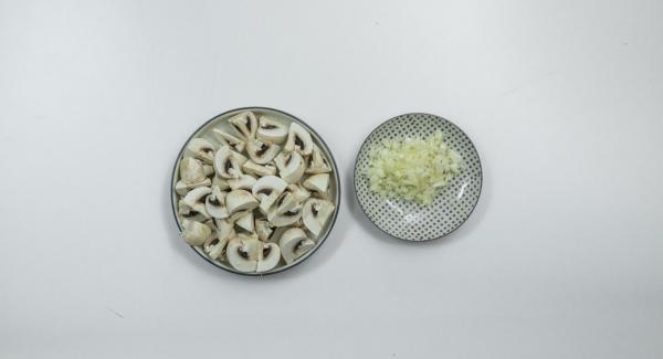 Pelar y cortar finamente la cebolla, limpiar los champiñones y cortarlos en cuartos.