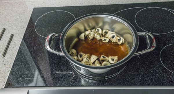 Cuando el Avisador (Audiotherm) emita un pitido al finalizar el tiempo de cocción, retirar la carne, verter la nata, añadir el vino y ligar ligeramente. Sazonar al gusto.
