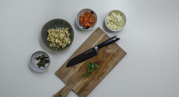 Cortar la berenjena en trocitos pequeños y rociar con zumo de limón. Limpiar y picar el tomate. Picar el feta y las aceitunas también. Pelar y cortar las hojas de albahaca.