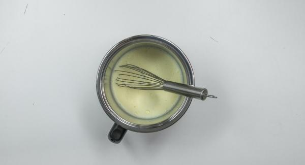 Rascar la pulpa de la vaina de vainilla. Mezclar la leche con las yemas de huevo, el almidón, el azúcar y la pulpa de vainilla en una olla de leche.