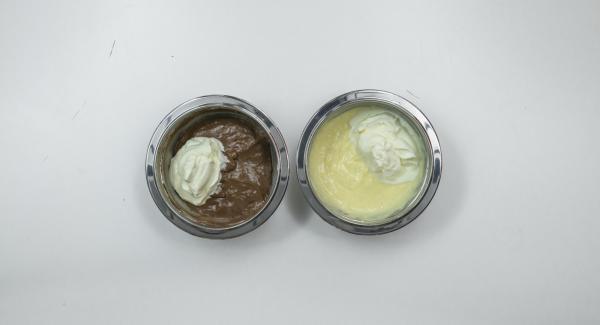Batir la nata hasta que esté compacta y añadir a cada uno de los bols. Repartir ambas cremas en cuatro vasos y dejar enfriar durante 2 horas. Espolvorear con los fideos de chocolate para servir.
