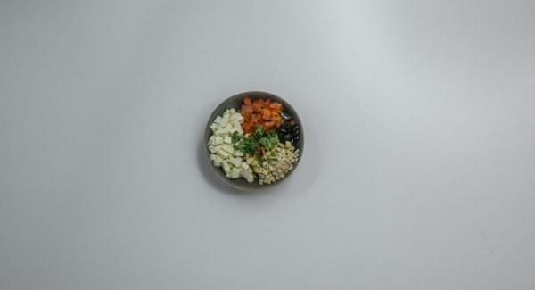 Mezclar todo con aceite de oliva y los anacardo. Sazonar con sal, pimienta y pimentón.