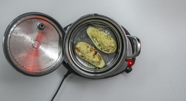 Al finalizar el tiempo de cocción, retirar la tapa y espolvorear las berenjenas con el queso rallado.