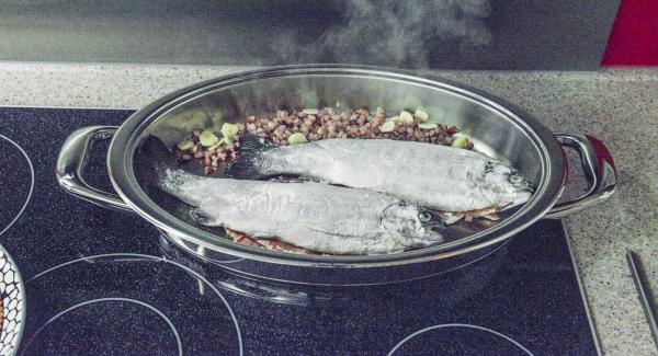 Añadir la trucha, poner la tapa y cocinar hasta alcanzar los 90°C con la ayuda del Avisador (Audiotherm).