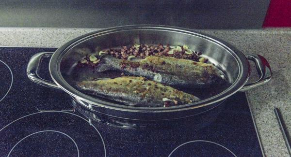 Dar la vuelta a la trucha, volver a tapar y terminar de cocinar hasta alcanzar nuevamente los 90°C.
