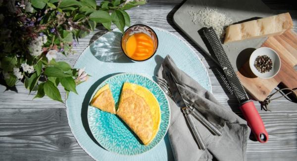 Añadir la mezcla de huevo y freír hasta que se cuaje.