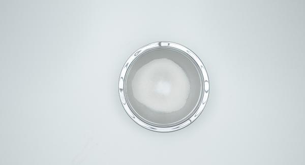Tamizar la harina y la sal en un recipiente. Batir el huevo con la leche, añadir a la harina, mezclar y añadir la mantequilla. Mezclar todo hasta obtener una masa suave sin grumos.