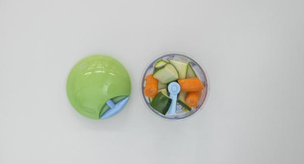 Lavar las verduras y triturarlas en el Quick Cut.