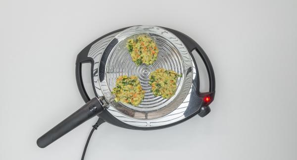 Poner la mezcla en la oPan formando pequeñas galletas, presionar ligeramente con una espátula y freír hasta que estén tostadas.