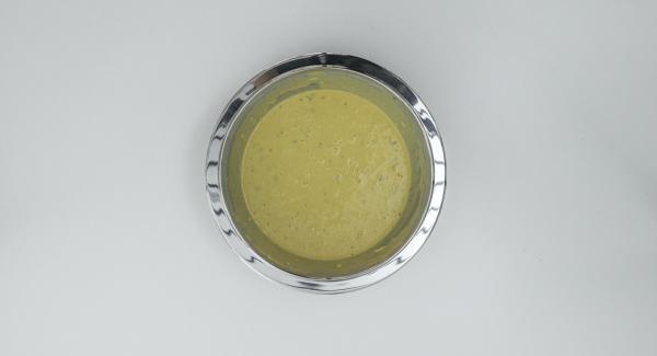 En un bol mezclar la harina de garbanzos con la sal. Añadir las verduras trituradas y el caldo de verdura. Mezclar bien hasta obtener una masa fina y dejar reposar durante una hora.