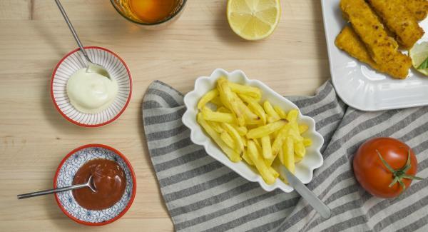 Salar las patatas al gusto y servir inmediatamente.
