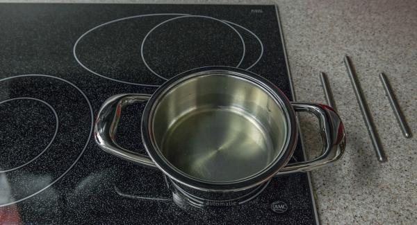 Colocar la olla en el fuego a temperatura media. Introducir el sirope de sauco y el zumo de limón y calentar.