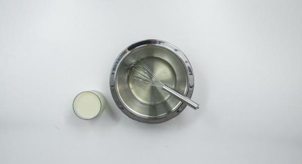 Escurrir la gelatina, disolverla y verterla en un recipiente. Agregar gradualmente el suero de mantequilla.