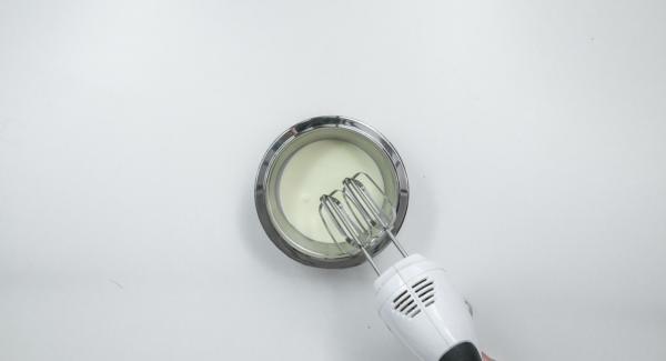 Poner la crema de la frigorífico. Una vez empiece a espesar, batir hasta que esté compacta. Dejar enfriar al menos 2 horas.