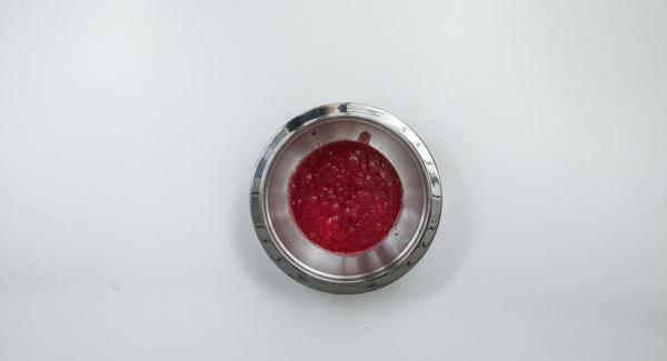 Reservar algunas frambuesas para decorar. Colar las frambuesas restantes con un colador y mezclar con el azúcar glas.