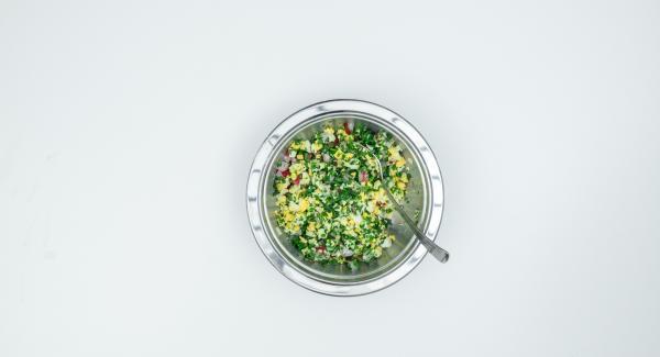 Cortar el cebollino en aros delgados y picarlo finamente junto con el perejil. Limpiar los rábanos y cortarlos finamente, pelar también los huevos y cortarlos en dados. Mezclar todo con el aceite.