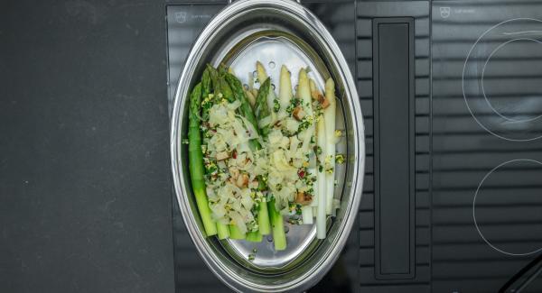 Añadir la mezcla de hierbas, huevos dados de pan tostado sobre los espárragos, sazonar con sal y pimienta. Desmenuzar el queso por encima y servir inmediatamente.
