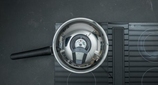 """Cuando el Avisador (Audiotherm) emita un pitido al llegar a la ventana de """"chuleta"""", bajar la temperatura y freír el bacon hasta que esté crujiente. Añadir los champiñones y freír también."""