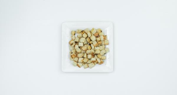Cortar la tostada en cubos, ponerla en una sartén y colocarla en la estufa. Cambiar a un nivel bajo y freír hasta que se dore ligeramente mientras se revuelve.  Cortar el pan en dados. Encender el fuego a temperatura máxima y calentar la Sauteuse. Bajar la temperatura, añadir los dados de pan y freír hasta que se doren ligeramente, sin dejar de remover.
