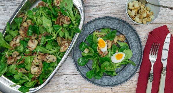 Decorar con huevo y pan tostado cortado en dados y servir inmediatamente.