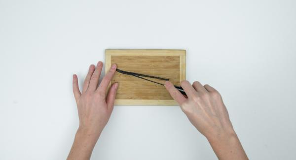 Cortar la vaina de vainilla a lo largo, raspar la pulpa y mezclarla con el almidón y el zumo en una olla.