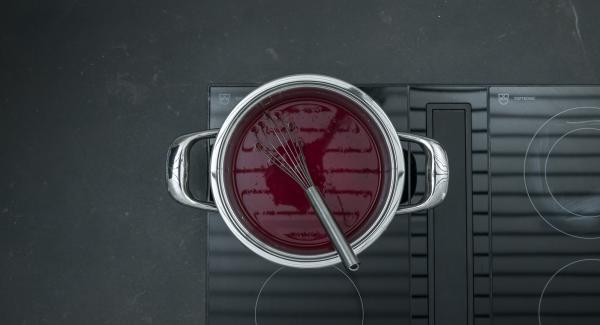Colocar la olla en el fuego a temperatura máxima. Llevar a ebullición removiendo constantemente. Bajar el fuego y cocinar a fuego lento durante unos 5 minutos.