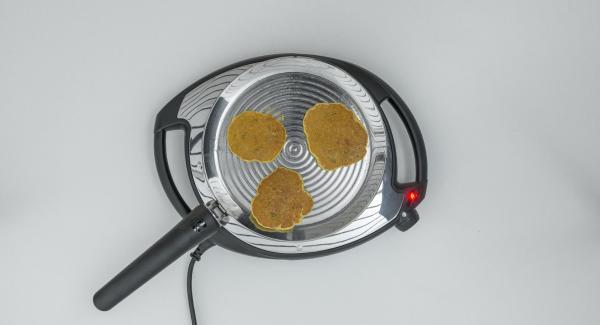 Añadir la masa a la oPan, formando 3 tortitas pequeñas. En cuanto la masa se haya endurecido, dar la vuelta y cocinar por el otro lado.