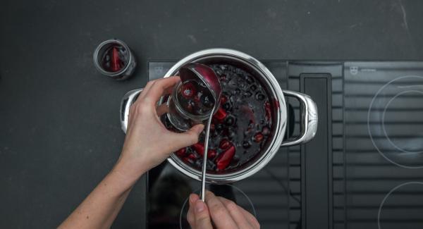 Repartirlo en tarros de vidrio o cualquier recipiente individual y dejar enfriar toda la noche.