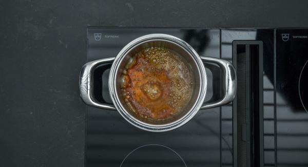 Añadir el agua cuidadosamente y cocinar a fuego lento hasta que el caramelo se haya disuelto completamente. Distribuir el caramelo en 4 moldes pequeños a prueba de horno (aprox. 150 ml cada uno) y dejar enfriar completamente.