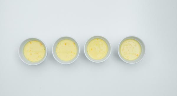 Mezclar el azúcar restante con los huevos, la yema de huevo, la leche y la nata y untar sobre el caramelo.