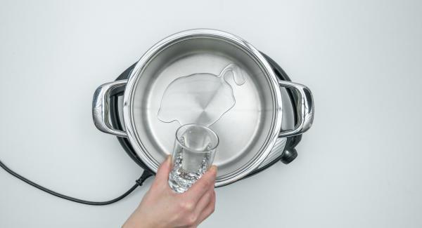 Verter agua(unos 150 ml) en una olla. Colocar los moldes en la Softiera de 24 cm, introducir en la olla y tapar con la Tapa Súper-Vapor (EasyQuick) con un aro de sellado de 24 cm.