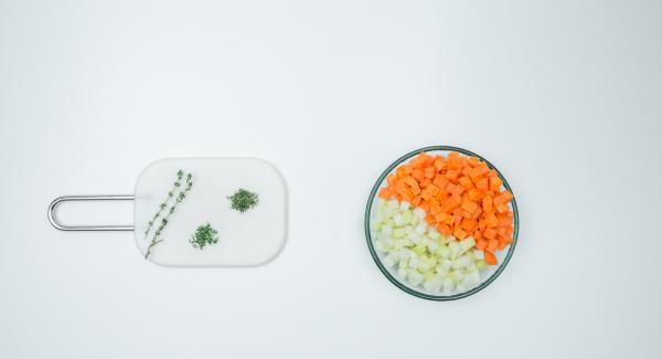 Pelar las zanahorias, la col y los nabos, cortarlos en dados pequeños. Cortar el tomillo.