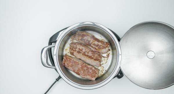 """Cuando el Avisador (Audiotherm) emita un pitido al llegar a la ventana de """"chuleta"""", bajar temperatura de Navigenio (nivel 2) y freír la carne por ambos lados. Retirar y sazonar con sal y pimienta."""