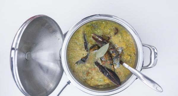 Al finalizar el tiempo de cocción, destapar, añadir el resto del bogavante (cuerpo y pinzas), el arroz y el laurel y remover.